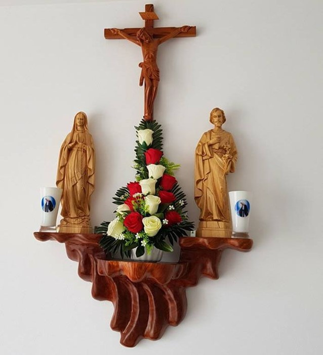 Tư vấn cách chọn vị trí và bài trí bàn thờ chúa treo tường